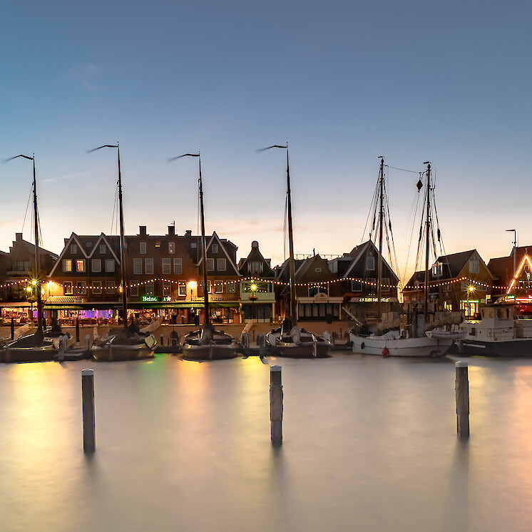 Foto Volendam by night van Ton boelaars